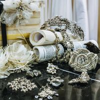 身に着けるだけで特別な気持ちに変えてくれるグレードの高いアクセサリー。華やかなドレスに品格を纏わせるきらめく彩りを添えて。