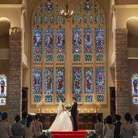 厳かな雰囲気を演出しているステンドグラスは、イギリスのリバプール教会で使われていた200年前のもの
