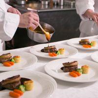 ニューオータニ幕張のキッチンは、全ての披露宴会場すぐのところにございます。一番おいしくお召し上がりいただけるよう、ひと皿ひと皿丁寧に仕上げます。
