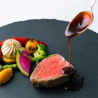 まるで、料理のライブ・ショー。 シェフがガーデンで披露する調理プロセスは、ショーさながら。できたて、熱々でサービスされるお料理も好評です。