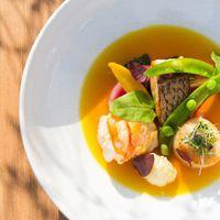 南フランスの名物料理:女性ゲストが恋する魚介のオマールのブイヤベース。ミシュラン一つ星シェフ・アルマンのスペシャリテ