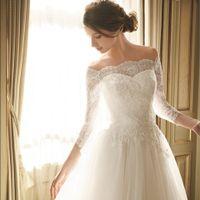麗しいレース仕立てのクラシカルなロングスリーブが、美しさと品の良さを漂わせるドレス