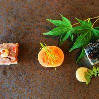 お箸で召し上がれるお料理は、ひと皿ひと皿が食べやすく仕上がっています。日本人らしい〈醤油〉や〈わさび〉を使った味付けもゲストに喜ばれます。