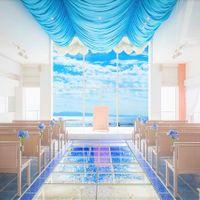 青×白をテーマとしたリゾートの雰囲気を引き立てる独立型チャペル。