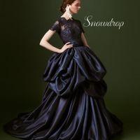 花嫁の美しさをより一層引き立ててくれるレースとサテンの濃紺のコントラストが美しい