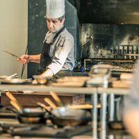 シェフが目の前でお作りするお料理は躍動感が溢れます
