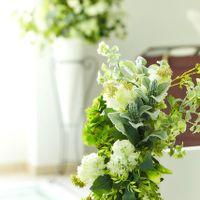 バージンロードにもグリーンの装花でナチュラルな雰囲気に