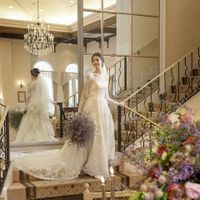 ウェディングドレス|パーティ会場の階段にて