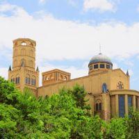 32mの高さを誇る鐘楼と象徴的なクーポラをもち、複合アーチやコーニスで装飾された華やかなカテドラル。
