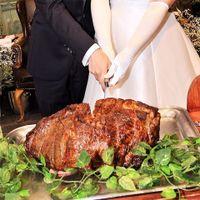 お肉好きにはたまりません!ローストビーフに入刀!この後、このローストビーフもゲストに振る舞います!
