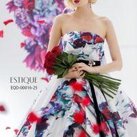 クラシック感にモード感を融合させ、花嫁の魅力を引き出す「エスティーク」。個性を演出したい人にもぴったり。