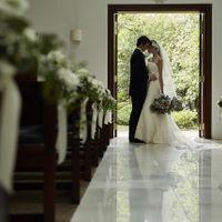 眩しい緑を纏う花嫁の姿はゲストが息をのむほど美しい。