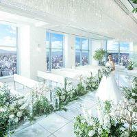 【21階 グランジュール】チャペル 大きな窓から降り注ぐ陽光や裁断奥を絶えず流れる水がきらめいて、より一層花嫁を輝かせる