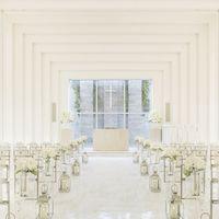 純白の空間に正面窓から自然光が注ぎこむ。