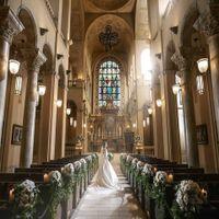 厳粛な大聖堂挙式を締めくくる、天使の羽が舞い落ちる演出「フェザーシャワー」ゲストにあっと驚いてもらえ、他では味わえない雰囲気を演出してくれる。