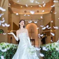 挙式のクライマックスに降り注ぐ「天使の羽」。天使からの祝福が感動を誘うロマンチックなセレモニー
