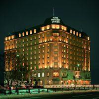 札幌駅近辺にたたずむ「ホテルモントレ札幌」、ゴールドに輝く外観が印象的です。