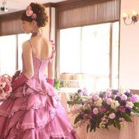 華やかはドレスでアットホームなウェディングパーティーを