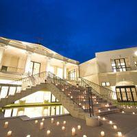 キャンドルが並ぶナイトウェディング。キャンドルの灯が揺らめく中、幻想的な空間での結婚式が行えます。