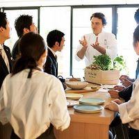 """ミシュランで5年連続1つ星を獲得し続けるシェフ アルマン氏 日本の食材が好きで 日本酒や味噌にも詳しい。 弊社系列レストラン 日比谷パレスにて""""ゴチになります""""出演ののち、一躍有名に。  趣味の美術館巡りが料理に生かされ 繊細で華やかな料理は味も"""
