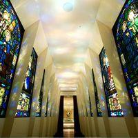 100年以上前から存在するアンティークの豊かな色彩が趣深いステンドグラス回廊。特別な1日を温かく見守っている。回廊を抜けて感動のセレモニーへ。