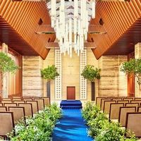 弦楽四重奏の音色とともに織り成す神聖なセレモニー。青いヴァージンロードが印象的、80名着席可能なデザイナーズチャペルでは天窓から降り注ぐ自然光と落ち着いた色合いが神聖なセレモニーを可能にする。