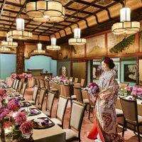 天井には色鮮やかな花、欄間には艶やかな孔雀が描かれており、 古式ゆかしい宴も和洋折衷スタイルの宴も華やかに演出します
