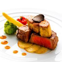 提供するタイミングを常にチェックし、1名分ずつ仕上げるほど料理にこだわりが光る。また、テーブルで温度が下がらないようにするため、お皿を100℃まで温めております。ご試食会も開催しておりますのでお問い合わせください。