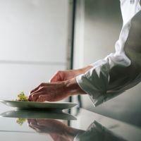「ホテルモントレ札幌宴会料理長 佐藤」  ゲストの為に喜んで頂ける料理を御提案致します。