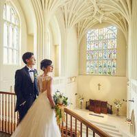 大聖堂の中のステンドグラスを背景に感動挙式