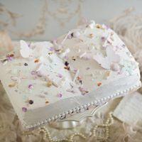 派手過ぎずシンプルながらも夢夢しいBOOKタイプのウェディングケーキ。かわいいパステルカラーのデコレーションをのせてキュートにアレンジを♪