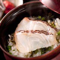 宴の〆は、幅広い年齢層に人気の「鯛茶漬け」