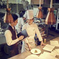 こだわりの美食を手がけるのは、数々の料理コンクールで受賞歴のある上條一グランシェフ。「美味求真」のコンセプトの元、卓越した繊細な技術から生み出される料理は試食フェアでも大評判。