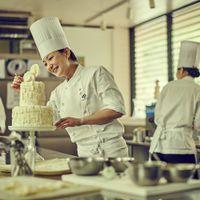 ウエディングケーキはもちろんゲストに合わせて選べる引菓子やプチギフトまで、館内のパティスリーで創り出される。四季の丘のシェフパティシエ小林とじっくり相談して、ゲストに感謝と笑顔のプレゼントを。