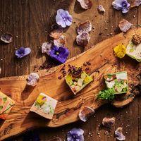 糸島産の野菜の鮮やかさは、見ためも楽しめるひとさら