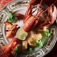洋食を豪華絢爛にアレンジした〈文明開化コース〉は『かぐわ』の特別メニュー。お皿やカトラリーも会場のコンセプトに合わせて、まるで明治時代にタイムスリップしたかのよう。