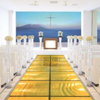 空と海。そして桜島を望むことができるオーシャンチャペル。扉を開ければ、目の前に輝く錦江湾へまっすぐ続くガラスのバージンロード。降りそそぐ太陽、そして桜島を見晴らすオーシャンビューはリゾートフルな挙式を演出。