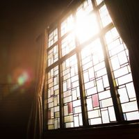 自然光が射し込むステンドグラス