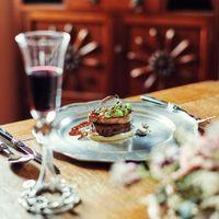 会場ごとに隣接されたキッチンから運ばれる料理は一番美味しいタイミングでゲストにサーブ。