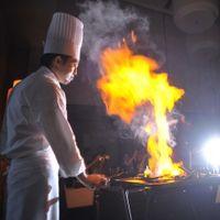 臨場感あふれるパフォーマンスで、料理がさらに楽しみに。