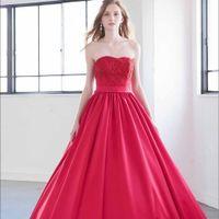 ヴィラ・グランディスの原点は『ドレスモードKAZUMI』というドレスショップ。そのドレスモードKAZUMIが共感するブランドは花嫁ひとりひとりの美しさを引き出し、より美しくみせてくれる本物ばかりを扱っております。