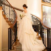優雅ならせん階段が際立つメインダイニング。バックスタイルにこだわったウエディングドレスが映える