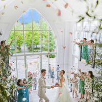 純白のバージンロードと光の祭壇で愛を誓い、全天候型の大階段でフラワーシャワーで祝福を受ける。