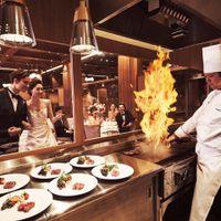 全会場にオープンキッチンを併設。シェフのパフォーマンスや肉を焼く香ばしい香りなど、ゲストの五感をくすぐる美食の演出
