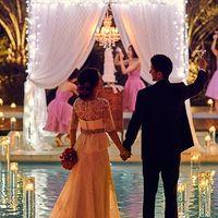 誓いのセレモニーが行われる音楽堂の扉を開けると目の前に広がる水面が煌めくラグーン。綺麗な夕日に包まれる最高にロマンチックな瞬間に、ゲストからの祝福を。