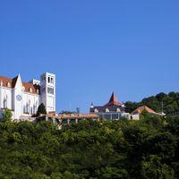 小高い丘の上に佇む大聖堂とヨーロピアンゲストハウス。幼い頃想い描いた憧れのを叶えるウディングステージ。