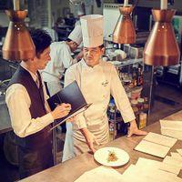 数々のフランス料理コンクールで入賞したグランシェフ。産地の香りを自分自身で感じ、一皿の料理の中に込め、ここでしか食べられない料理を提供するため、技法や技術を日々追求。