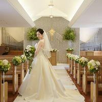 白を基調としたチャペルは温かい雰囲気に包まれて、ウェディングドレスが美しく映えます。