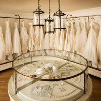 館内に完備されたドレスサロンは、インポートからマタニティまで洗練されたデザインが揃う。国内、海外からコレクションしたドレスは、生地から縫製、、刺繍など厳しい基準で選ばれたワンランク上のばかり。