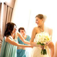 結婚式当日は新郎新婦様の衣裳も注目の的に。ゲストの視線を集める運命の一着を。